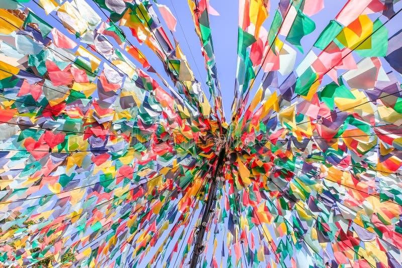 Linhas com as bandeiras coloridas na festa portuguesa imagens de stock royalty free