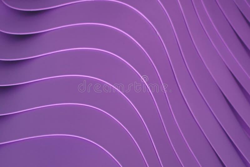 Linhas curvadas artísticas de empilhadas acima das bacias plásticas da cor roxa, para o teste padrão fotografia de stock royalty free
