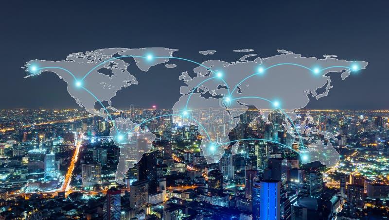 Linhas da conexão de rede de Digitas da baixa de Banguecoque, Tailândia com mapa do mundo Distrito e centros de negócios financei imagens de stock royalty free