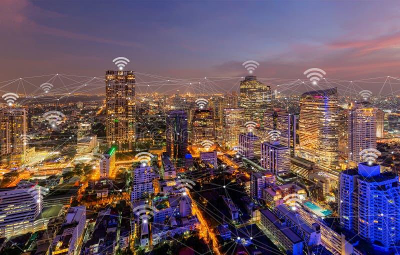 Linhas da conex?o de rede de Digitas e wifi ou ?cones sem fio com baixa de Banguecoque, Tail?ndia r foto de stock royalty free