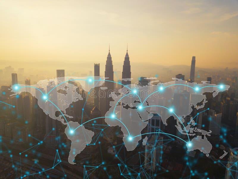 Linhas da conexão de rede de Digitas de Kuala Lumpur Downtown, Malásia com mapa do mundo Distrito e centros de negócios financeir fotografia de stock