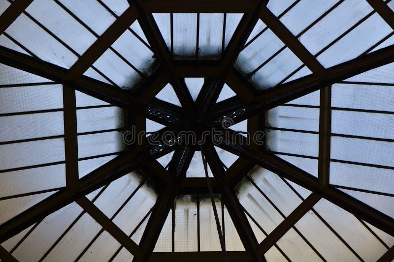 Linhas da forma do octógono no teto fotos de stock