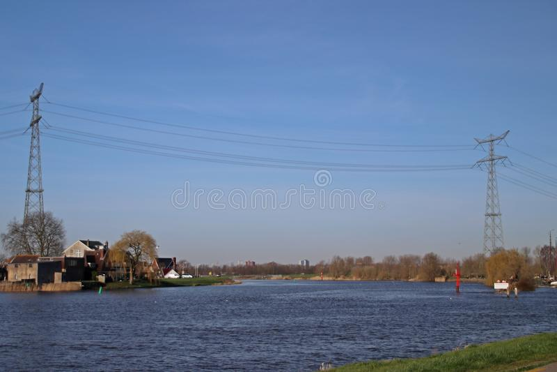 Linhas de alta tensão altas extra sobre o rio Hollandse IJssel foto de stock royalty free