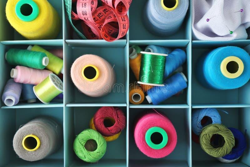 Linhas de costura e clews do crochê imagem de stock royalty free