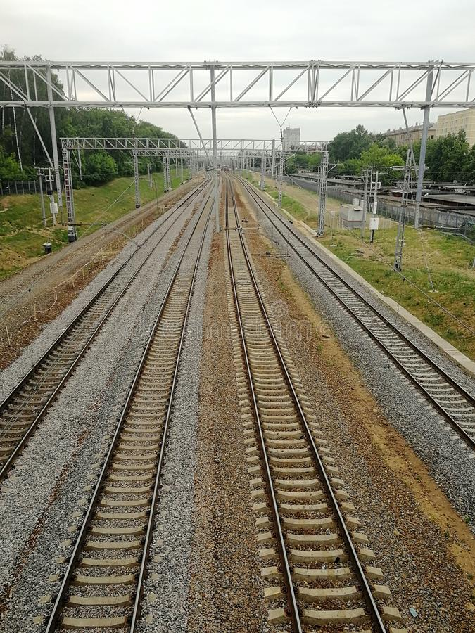 Linhas de estrada de ferro que entram na distância, Moscou foto de stock