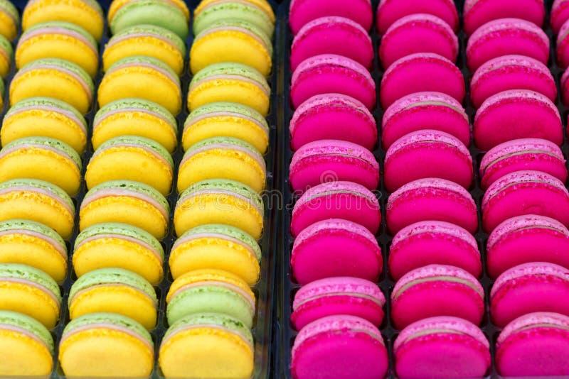 Linhas de macarões coloridos apresentadas para venda imagem de stock