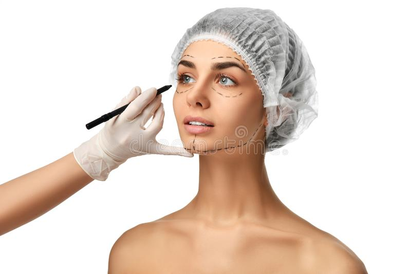 Linhas de perfuração do conceito da cirurgia plástica na menina da cara com olhos azuis imagens de stock