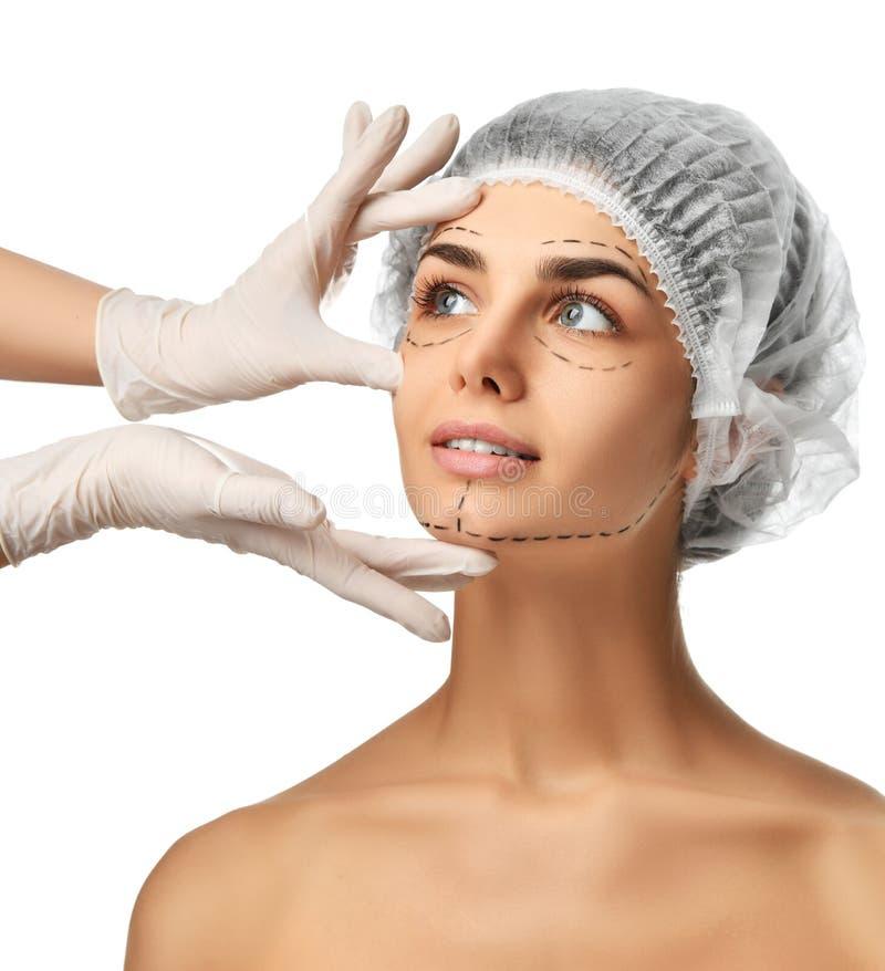 Linhas de perfuração do conceito da cirurgia plástica na menina da cara com olhos azuis foto de stock royalty free
