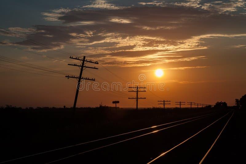 Linhas de telégrafo mostradas em silhueta no nascer do sol fotos de stock royalty free