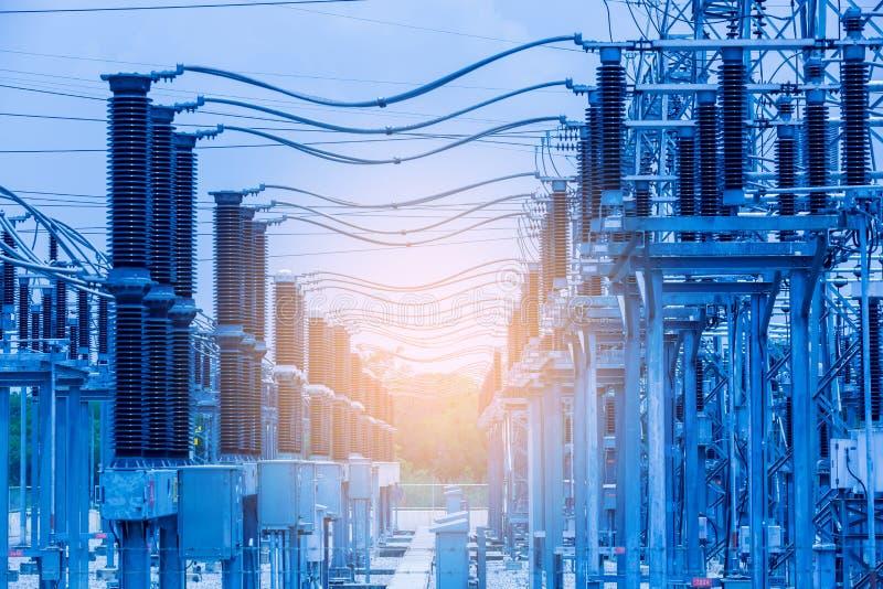 Linhas de transmissão de energia elétricas, subestação de alta tensão do transformador de poder fotografia de stock royalty free