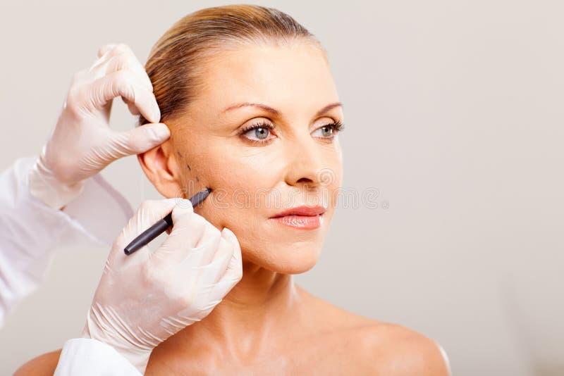 Desenho do cirurgião cosmético imagem de stock royalty free