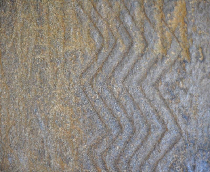 Linhas do ziguezague - tirando no fim da placa do dólmem acima C?ucaso, R?ssia fotografia de stock