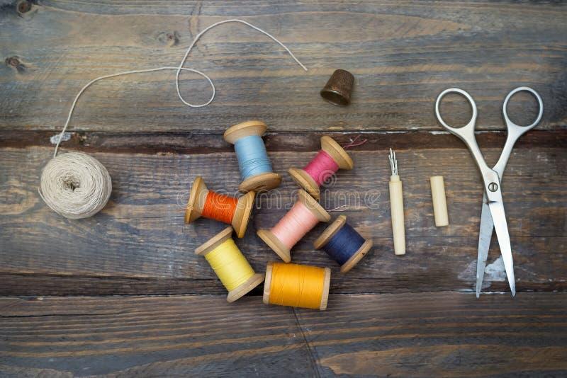 Linhas e acessórios coloridos do vintage para a costura feito a mão sobre fotografia de stock royalty free