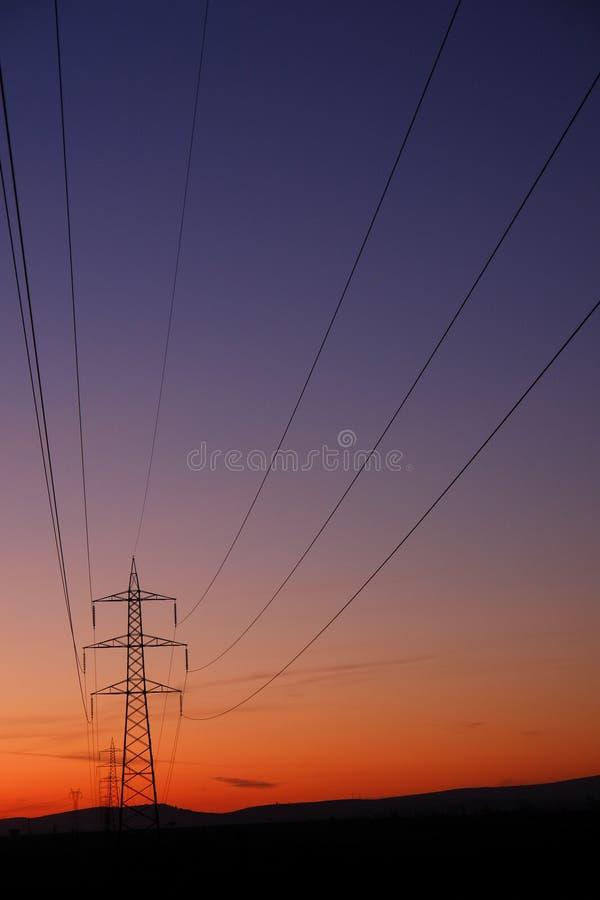 Linhas e pilões de transferência da eletricidade imagens de stock
