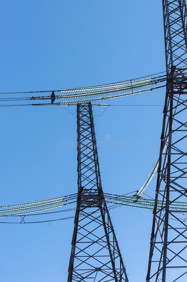 Linhas eléctricas de encontro ao céu fotografia de stock royalty free