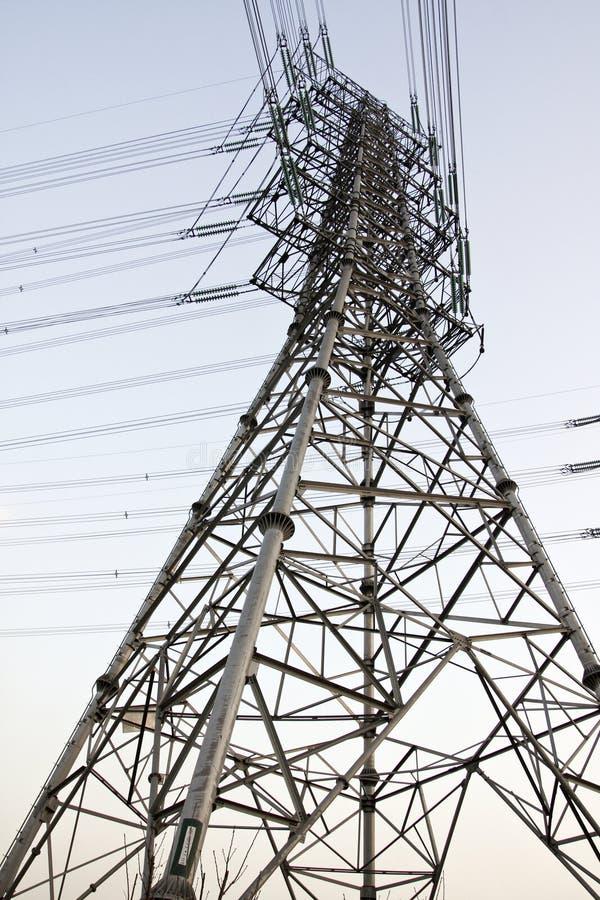 Linhas eléctricas e pilões elétricos imagem de stock