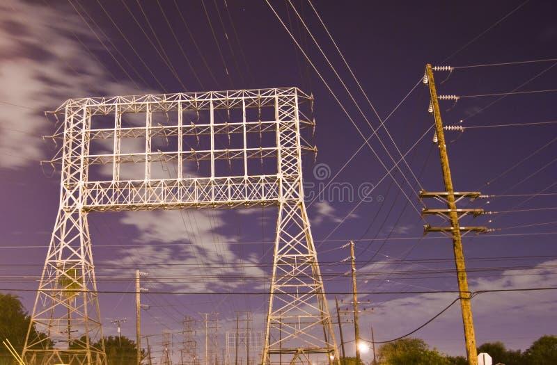 Linhas eléctricas na cidade imagens de stock royalty free