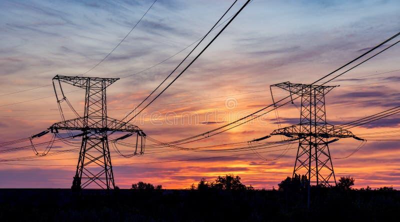 Linhas elétricas de alta tensão Estação da distribuição da eletricidade Torre elétrica de alta tensão da transmissão Distribuição foto de stock