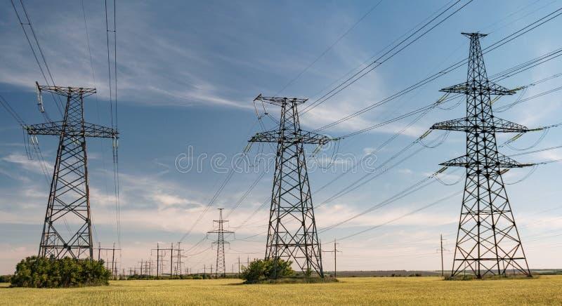 Linhas elétricas de alta tensão Estação da distribuição da eletricidade Torre elétrica de alta tensão da transmissão Distribuição imagens de stock royalty free