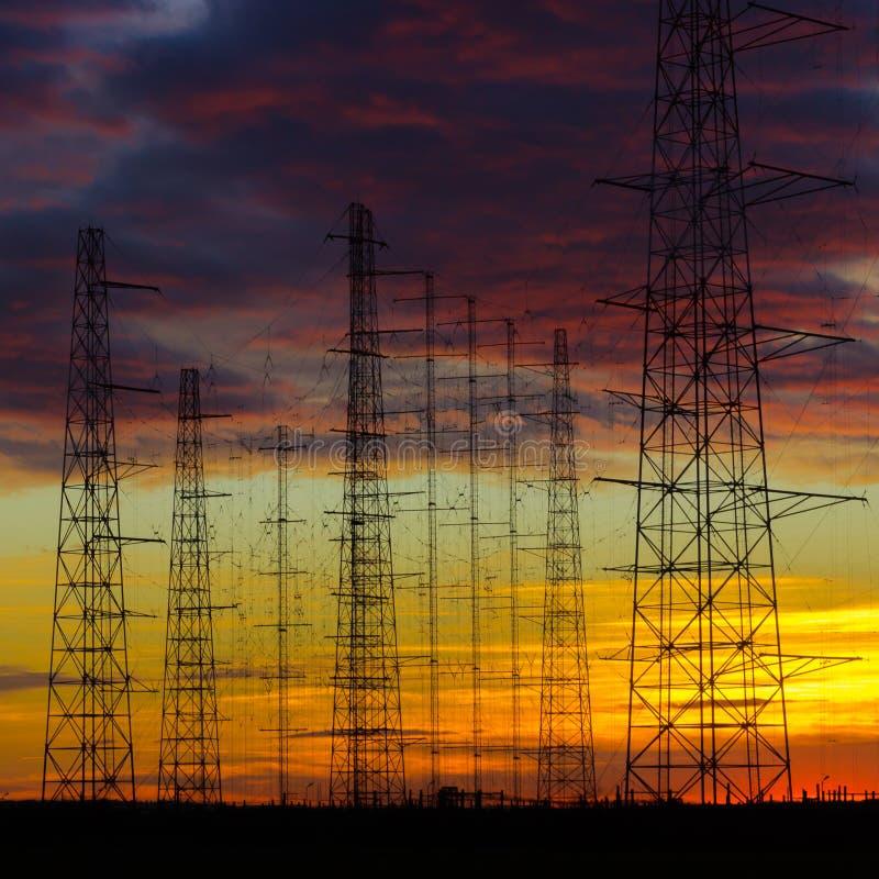 Linhas elétricas de alta tensão no crepúsculo fotos de stock