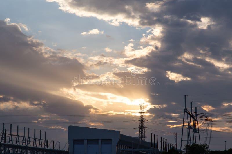 Linhas elétricas de alta tensão no por do sol imagem de stock royalty free