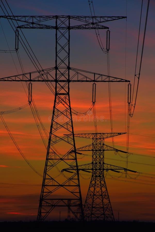 Linhas elétricas elétricas no alvorecer fotos de stock