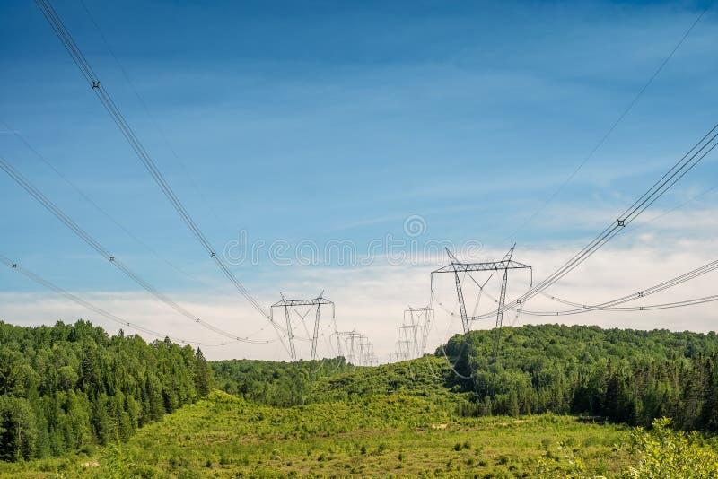 Linhas elétricas no Laurentians foto de stock royalty free