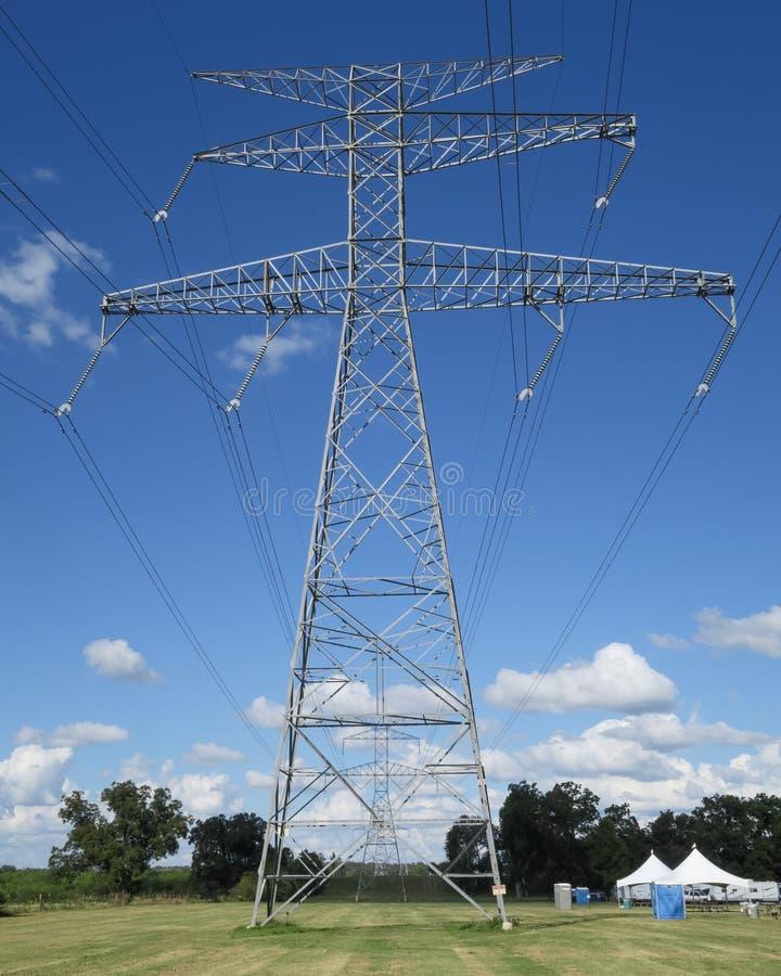 Linhas elétricas que puxam os apoios para a esquerda foto de stock royalty free