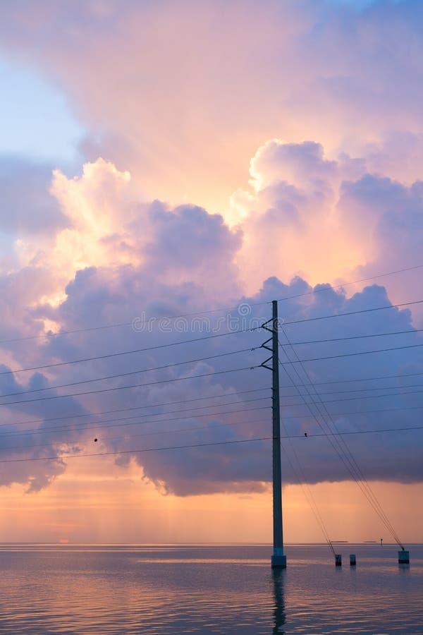 Linhas elétricas sobre o oceano foto de stock royalty free