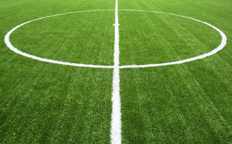 Linhas na grama verde de campo de futebol fotos de stock