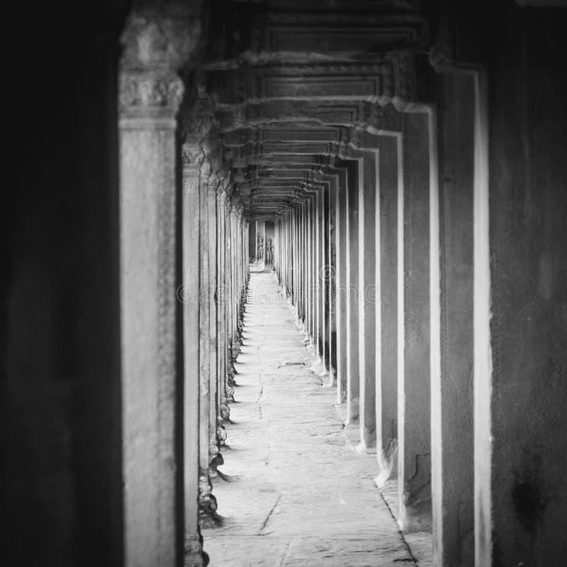 Linhas preto e branco ao longo do lado do templo de Angkor Wat em Camboja foto de stock royalty free