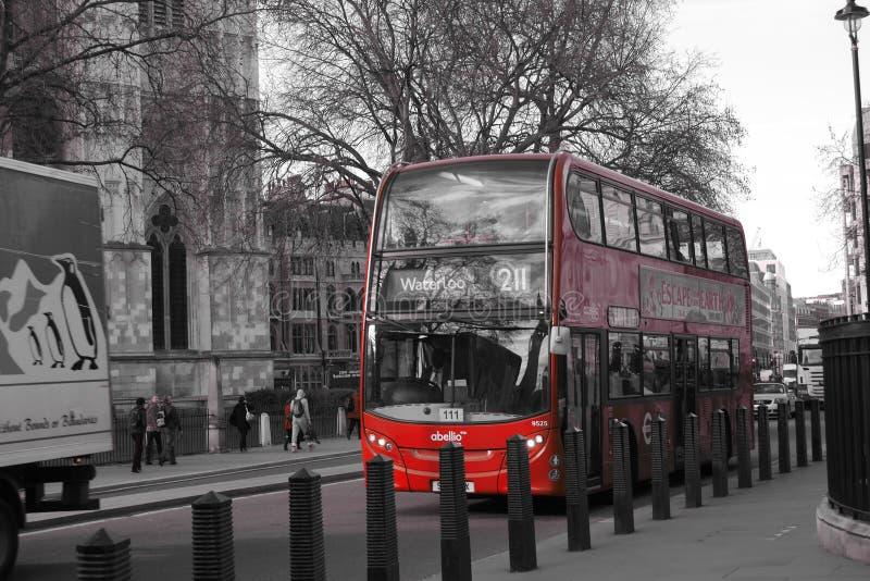 Linhas vermelhas dobro em uma curvatura em uma estrada imagem de stock royalty free