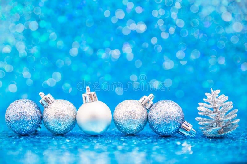 Linia błękit i srebni ornamenty z sosną konusujemy fotografia stock