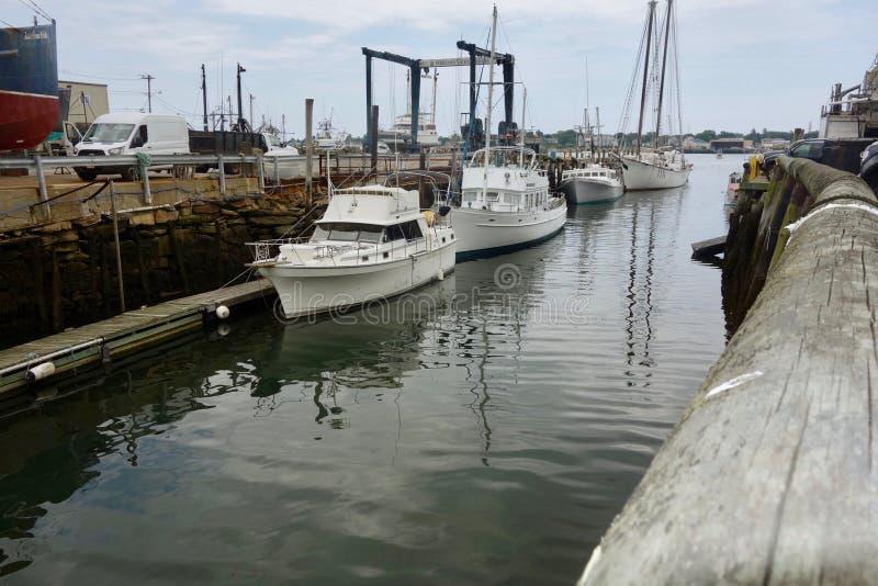 Linia białe czas wolny łodzie dokował wzdłuż Holyoke nabrzeża, Portland, Maine, usa, Sierpień 8, 2018 obraz royalty free