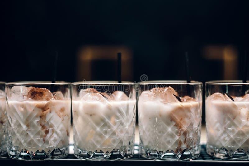 Linia biali rosyjscy koktajle przy baru kontuarem fotografia royalty free