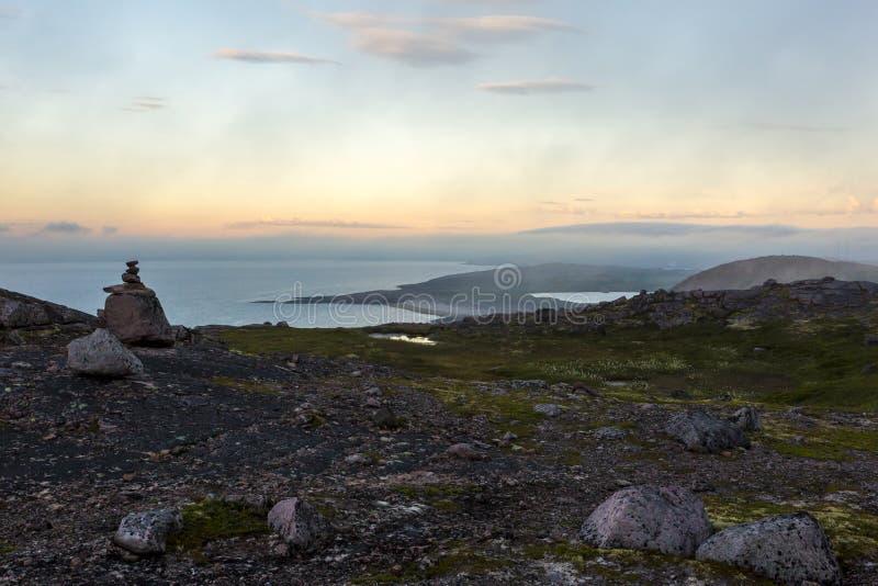 Linia brzegowa Barents morze na zmierzchu Arktyczny ocean, Kola p??wysep, Rosja obrazy stock