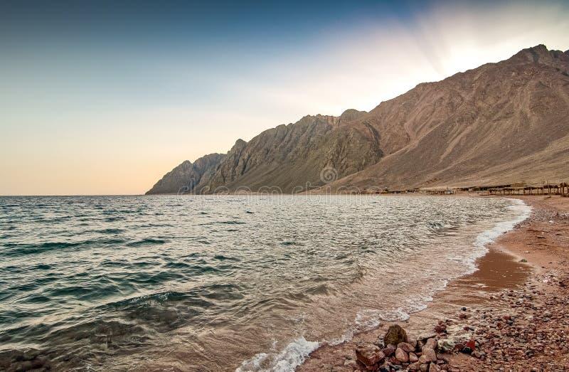 Linia brzegowa Czerwony morze w Dahab, Egipt w zmierzchu g?ry egiptu p??wyspu Sinai zaci?gn?? szczyt obraz royalty free