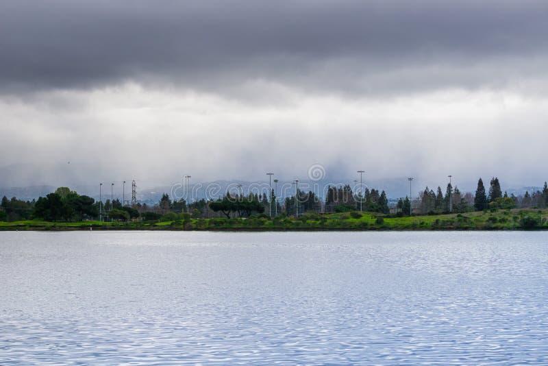 Linia brzegowa jezioro na chmurnym dniu, podeszczowy dolewanie w tle, Mountain View, San Francisco zatoki teren, Kalifornia fotografia royalty free