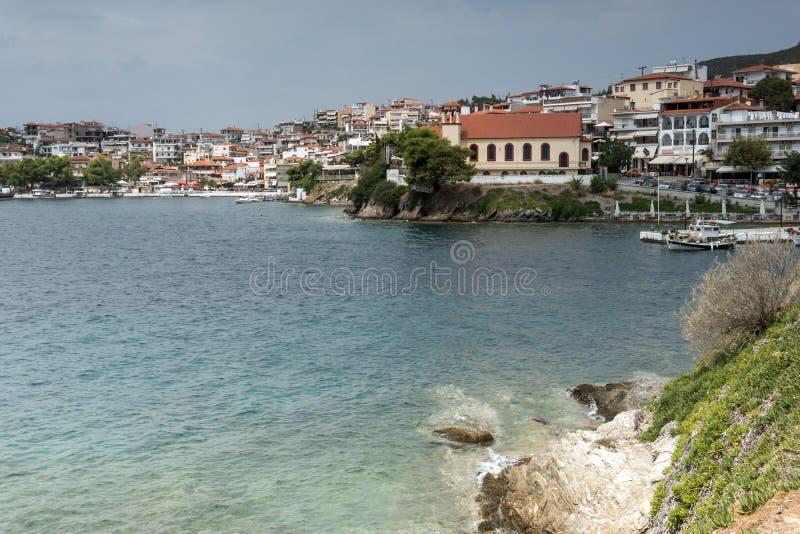 Linia brzegowa miasteczko Neos Marmaras plaża przy Sithonia półwysepem, Chalkidiki, Środkowy Macedonia, Grecja zdjęcie royalty free