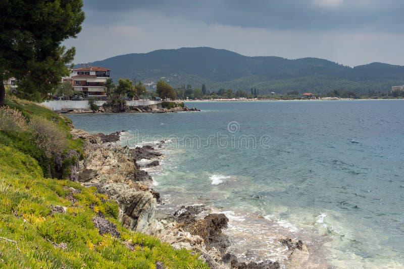 Linia brzegowa miasteczko Neos Marmaras plaża przy Sithonia półwysepem, Chalkidiki, Środkowy Macedonia, Grecja zdjęcie stock
