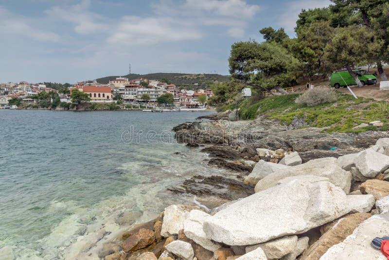 Linia brzegowa miasteczko Neos Marmaras plaża przy Sithonia półwysepem, Chalkidiki, Środkowy Macedonia, Grecja obrazy stock