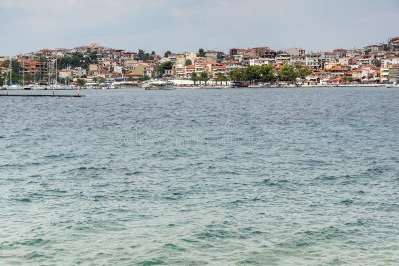 Linia brzegowa miasteczko Neos Marmaras plaża przy Sithonia półwysepem, Chalkidiki, Środkowy Macedonia, Grecja zdjęcia royalty free