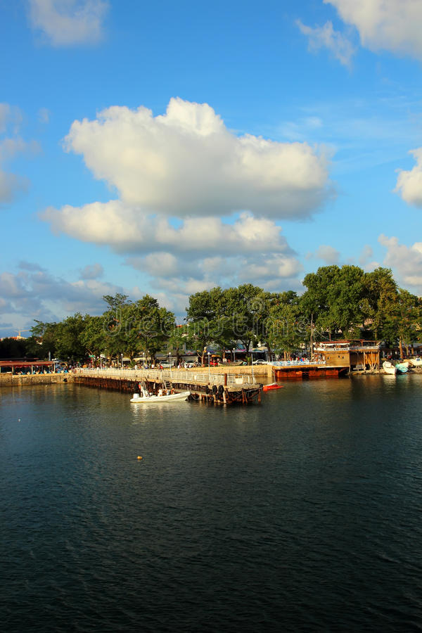 Linia brzegowa, molo i turyści spaceruje wzdłuż nabrzeża, fotografia stock