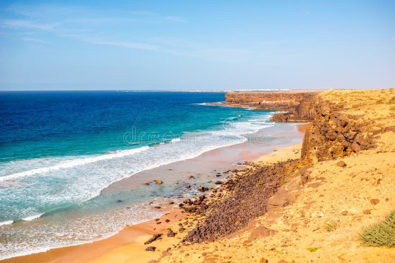 Linia brzegowa na Fuerteventura wyspie blisko El Cotillo wioski zdjęcie stock