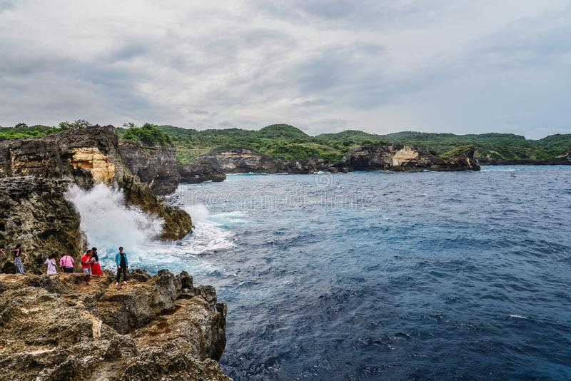 Linia brzegowa na Nusa Penida wyspie blisko anio?a Billabong pla?y z turystami zdjęcie stock