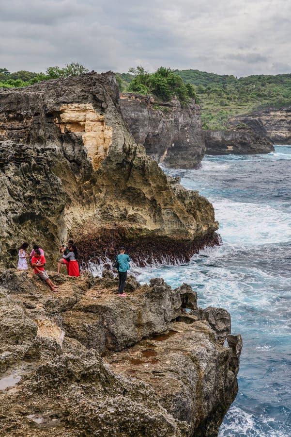 Linia brzegowa na Nusa Penida wyspie blisko anio?a Billabong pla?y z turystami obraz royalty free