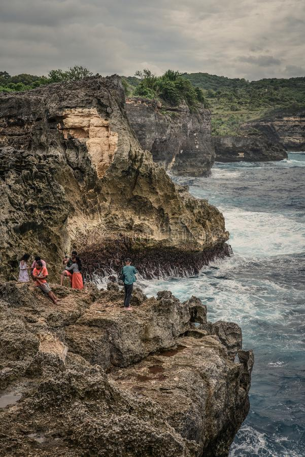 Linia brzegowa na Nusa Penida wyspie blisko anio?a Billabong pla?y z turystami obrazy royalty free