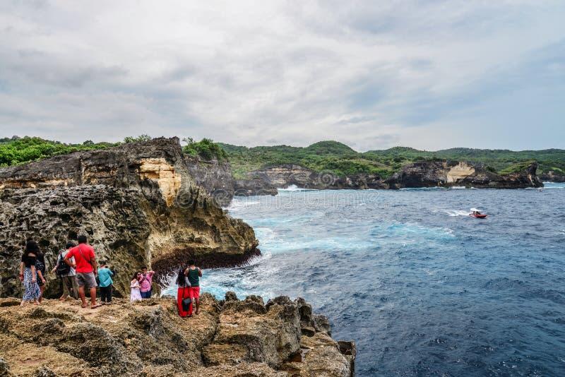 Linia brzegowa na Nusa Penida wyspie blisko anio?a Billabong pla?y z turystami obrazy stock