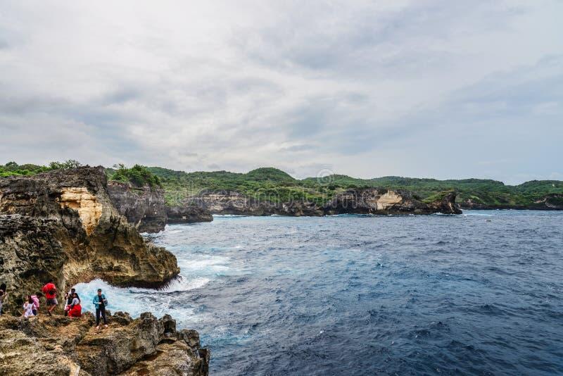 Linia brzegowa na Nusa Penida wyspie blisko anio?a Billabong pla?y z turystami fotografia stock