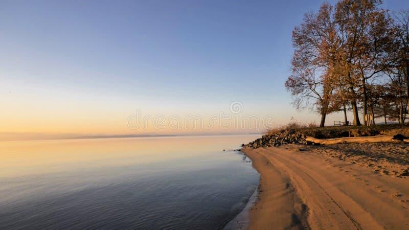 Linia brzegowa przy wschodem słońca zdjęcia stock
